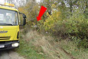 A baleset során fák közé került az autó